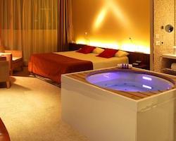 Hoteles con habitaciones con jacuzzi en barcelona for Hoteles barcelona habitaciones cuadruples