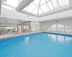 Hoteles con piscina climatizada en granada for Piscinas descubiertas granada
