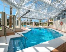Hoteles con piscina climatizada en benidorm for Camping con piscina cubierta