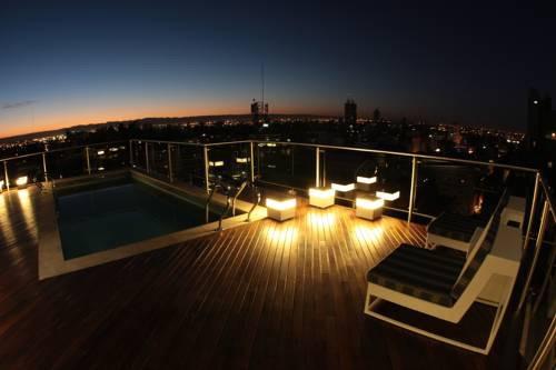 Suites y habitaciones con piscina o jacuzzi privado for Hoteles barcelona habitaciones cuadruples