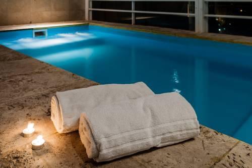 Suites y habitaciones con piscina o jacuzzi privado for Hoteles romanticos en madrid con piscina o jacuzzi privado